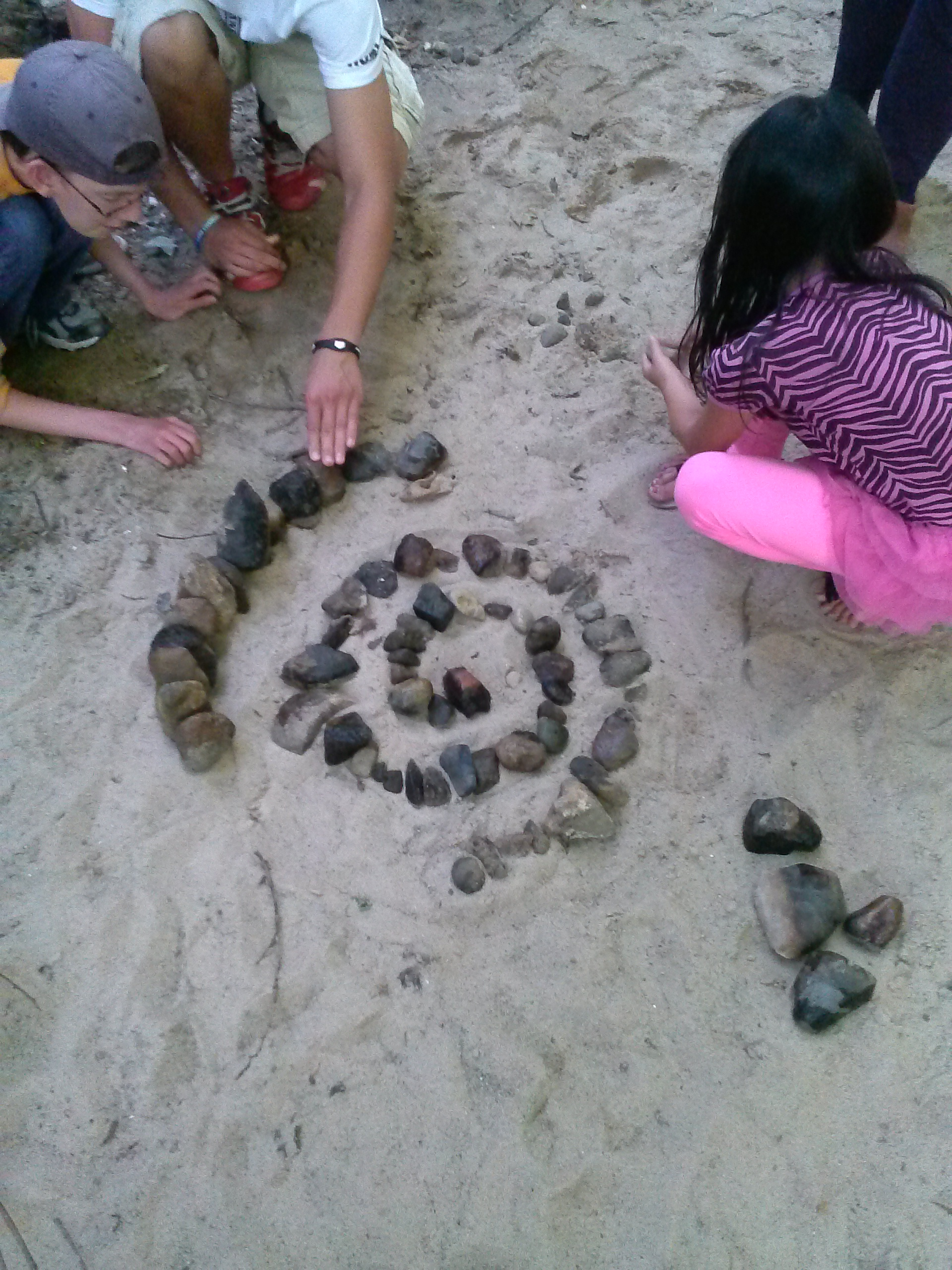 kids making patterns with rocks