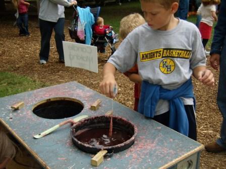 kids dipping caramel apples